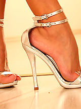 Yelolow Heels, Britney Hot Babe in Action