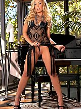 Open Legs, Suze once again steps behind the camera to bring you gorgeous snaps of new blonde sensation, Nicole Anniston!